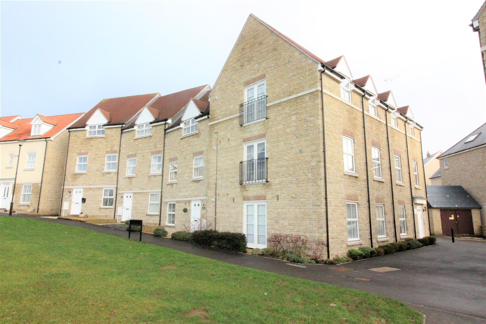 2 Bedrooms Flat for sale in Redhouse, Swindon